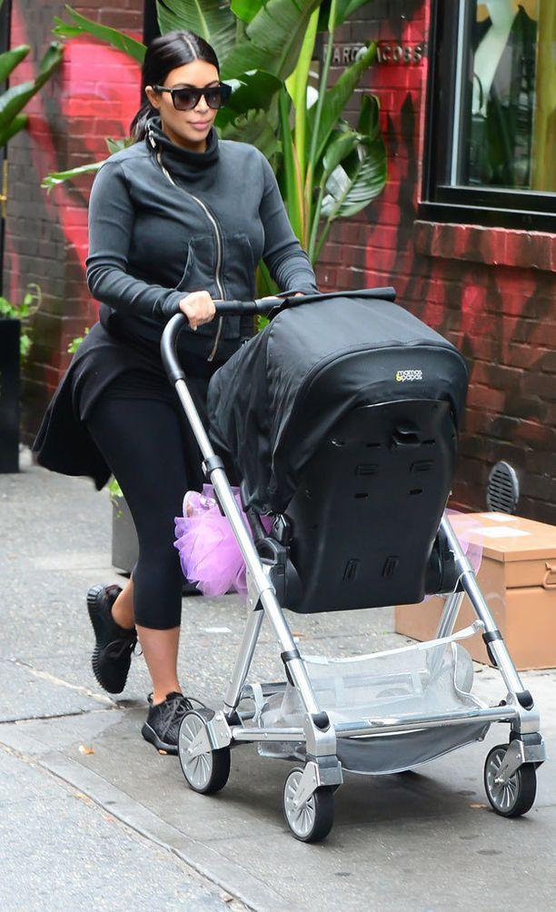 Kuudennella kuulla raskaana oleva Kim oli pukeutunut itse rentoon lenkkeilyasuun.