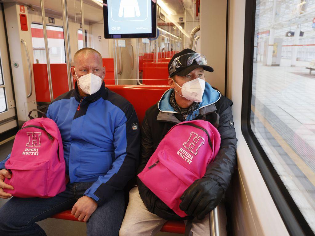 Huudikoutsit taittavat matkaa metrolla pareittain. Vasemmalla Tomi Helenius, oikealla Henri Grönholm.