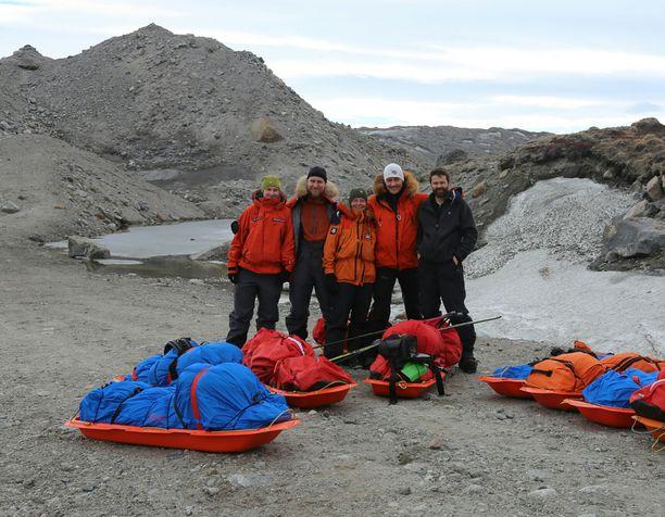 Retkikunta Grönlannin länsirannikolla vaelluksen aloituspisteessä.
