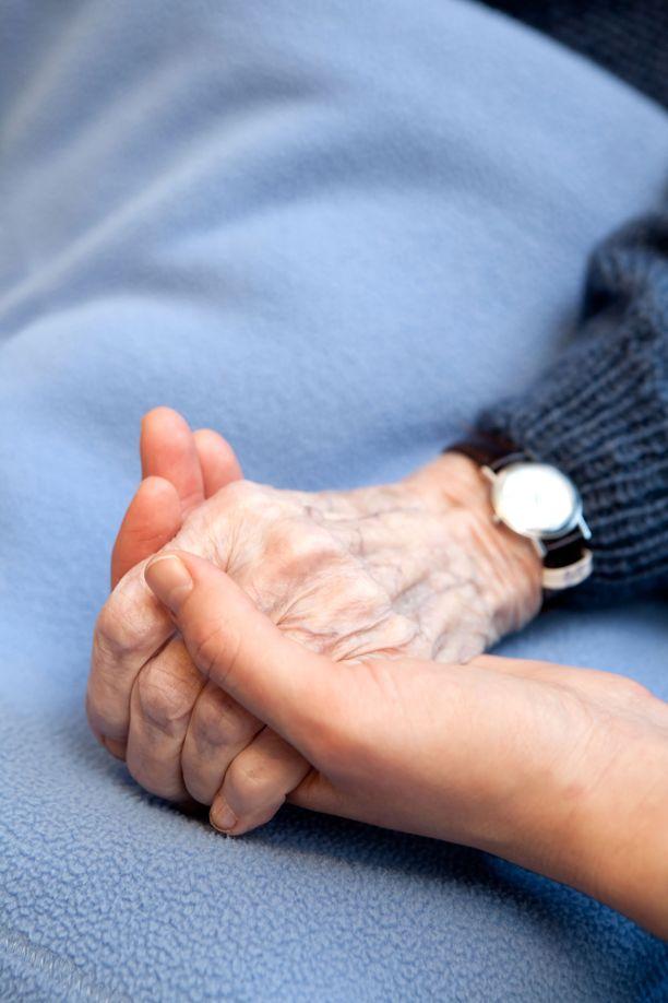 Saattokotia johtavaa Riikka Koivistoa harmittaa se, että hoitoyksiköiden henkilökuntaa usein kritisoidaan. - Muistan oman sairauteni ajalta lähes jokaisen lääkärin ja hoitajan. Tiedän, miten paljon heiltä vaaditaan keskellä vaativaa oirehoitoa, tunteita, huolta, vaatimuksia ja kuoleman hetkiä.