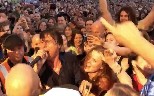 Suede hurmasi yleisön Sideways-festivaalilla – katso lukijan video laulajasta kosketusetäisyydeltä
