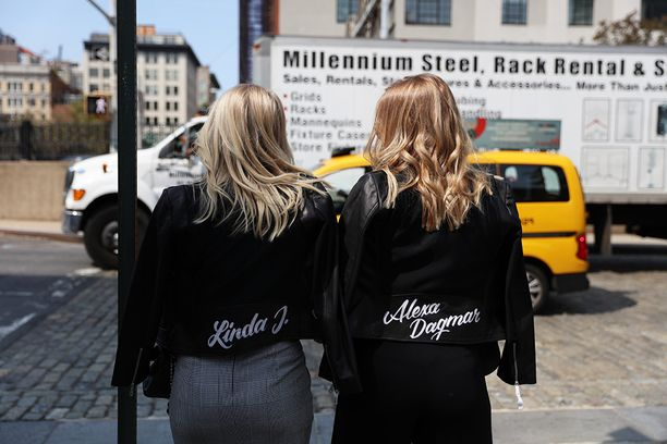 Linda Juhola ja Alexa Aavarinne ihastuttivat samanlaisissa takeissaan New Yorkin muotiviikoilla.