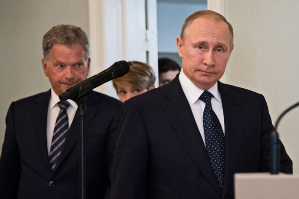 Putin ja Niinistö marssivat tiedotustilaisuuteen Punkaharjulla heinäkuussa 2017.