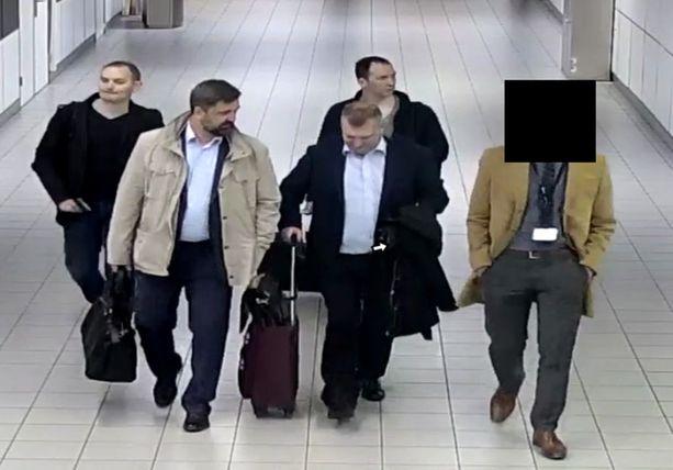Tämä kuva otettiin kyberhyökkäyksestä epäillyistä miehistä Amsterdamin Schipholin lentokentällä huhtikuussa. He matkustivat Hollantiin Venäjän diplomaattipasseilla.