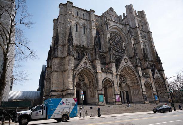 Mies avasi tulen Pyhän Johanneksen katedraalin portailla.