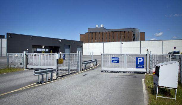 Turun Saramäen vankilassa on vankina paljon rikollisjengien jäseniä. Pätevän henkilökunnan puute aiheuttaa kidutuksen vastaisen komitean mukaan sen, ettei vankien välistä väkivaltaa saada kuriin.
