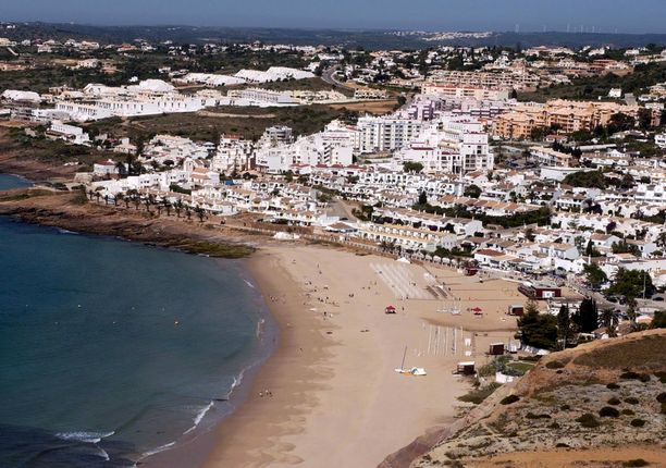 Sekä tuomittu että epäilty raiskaus sekä Madeleine McCannin katominen tapahtuivat Portugalin Algarvessa. Kuva Praia da Luzin alueelta.