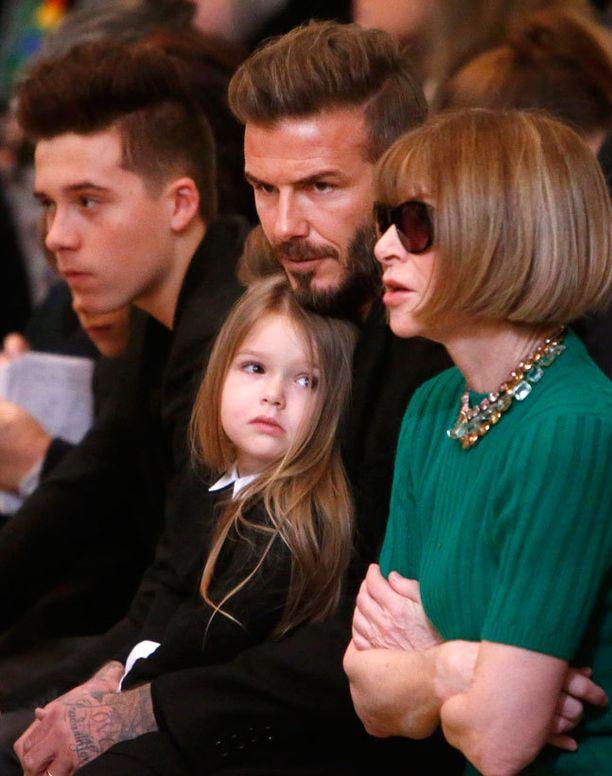 Harper Beckham tuijotteli uteliaana vieressään istuvaa rouvaa.