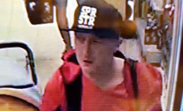 Poliisi pyytää vihjeitä miehestä, jota epäillään ruokakaupan ryöstöstä Pukinmäessä.