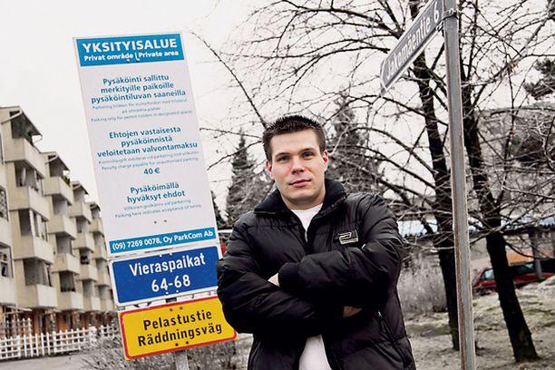 VOITTAJA Juuri tällä piha-alueella Mika Saviaro sai yksityisiä parkkisakkoja viime vuoden aikana.