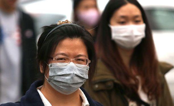 Kiinassa monet ihmiset käyttävät hengityssuojaimia ilmansaasteiden vuoksi.
