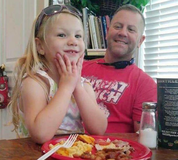 Isän ja tyttären laatuaikaa kanaravintolassa.