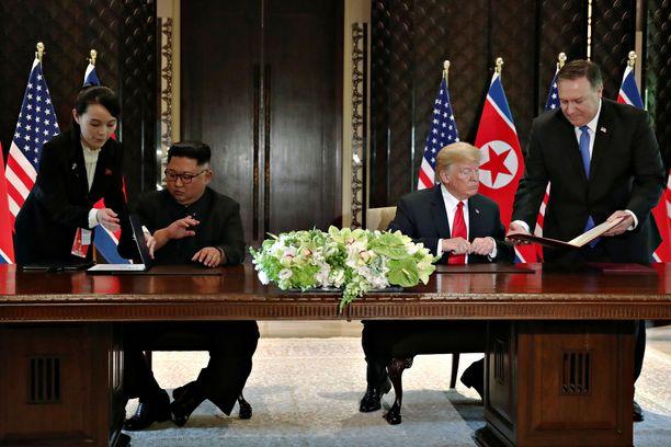 Sopimuksen allekirjoituksessa auttoivat Kim Yo-jang ja Yhdysvaltain ulkoministeri Mike Pompeo.
