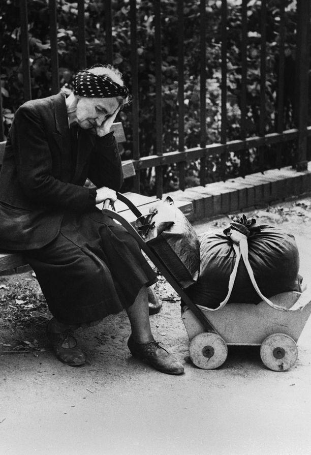 Kodittomaksi jäänyt saksalaisnainen keväällä 1945 Berliinissä.