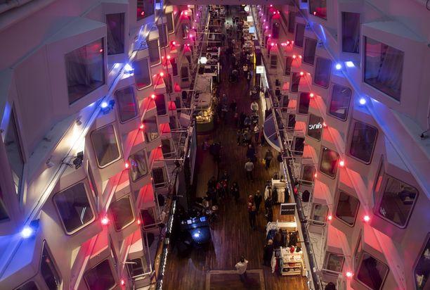 Silja Serenade on rakennettu vuonna 1990. Sen kyytiin mahtuu 2 852 matkustajaa. Hyttejä on lähes tuhat. Ylen hittisarja M/S Romantic on kuvattu Serenadella.