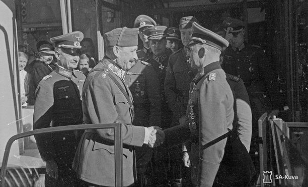 Sotamarsalkka Mannerheim hyvästelee saksalaisia vieraita Mikkelissä 1941. Oikealla kenraali Alfred Jodl, vasemmalla kenraali Waldemar Erfurth.