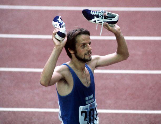 Lasse Virén juhli 10 000 metrin kisan voittoaan Montrealin olympialaisissa tähän tapaan.