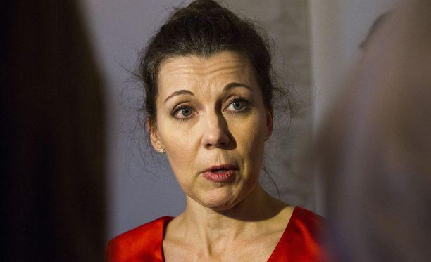Kansanedustaja Arja Juvonen (ps) vaatii järeämpiä toimenpiteitä tyttöjen ympärileikkausten ehkäisemiseksi.