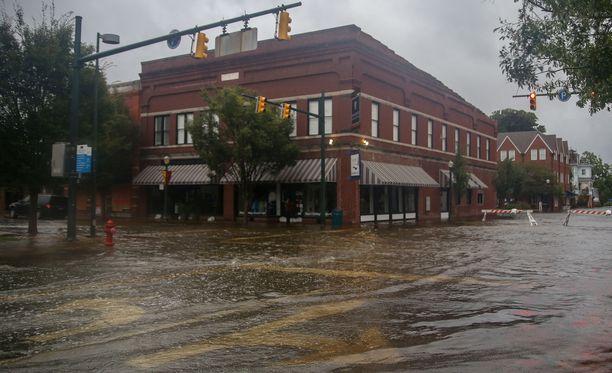 Vesi on noussut Pohjois-Carolinan New Bernissä kaduille.
