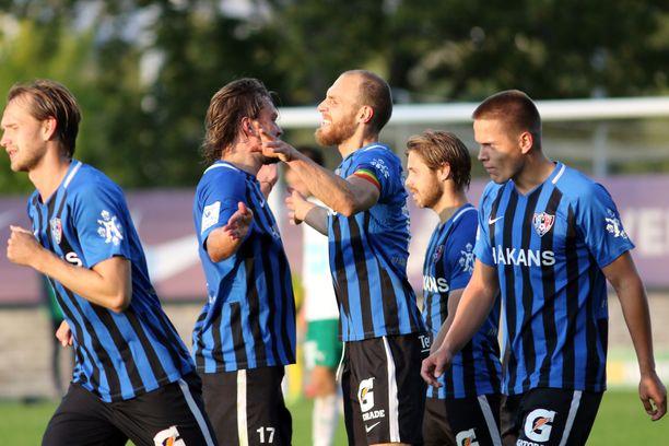 Interin Mika Ojala (toinen vasemmalta) ja Timo Furuholm juhlivat maalia.