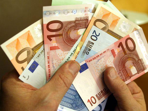 Virkamiesten lahjominen rahalla ei saa suomalaisten kannatusta.