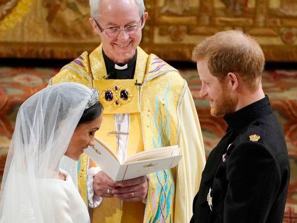 Brittipapit vaativat Canterburyn arkkipiispa Justin Welbyn selvitystä siitä, mitä tapahtui kolme päivää ennen Pyhän Yrjön kirkossa tapahtunutta hääseremoniaa. Oliko pariskunta naimisissa vai ei?