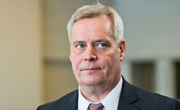 Antti Rinne (sd) esitti SDP:n välikysymyksen. Muut oppositiopuolueet eivät olleet osallistuneet välikysymyksen muotoiluun.
