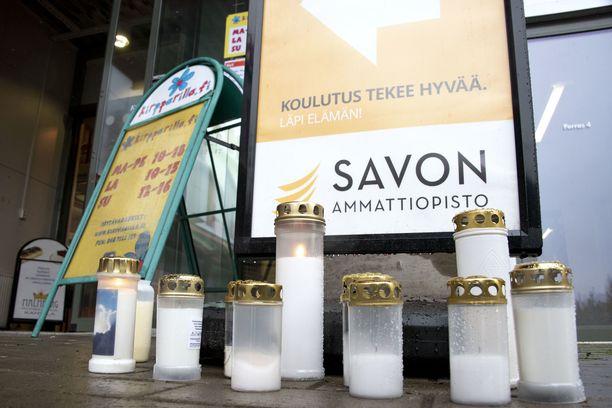 Kynttilöitä tuotiin Kuopion kouluhyökkäyksen uhreille kauppakeskus Hermanille.