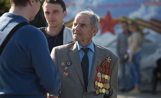 Vanhempi venäläinen Voitonpäivän perinne on, että lapset ja nuoret ojentavat vastaan tuleville sotaveteraaneille kukkia ja jäävät jututtamaan heitä.