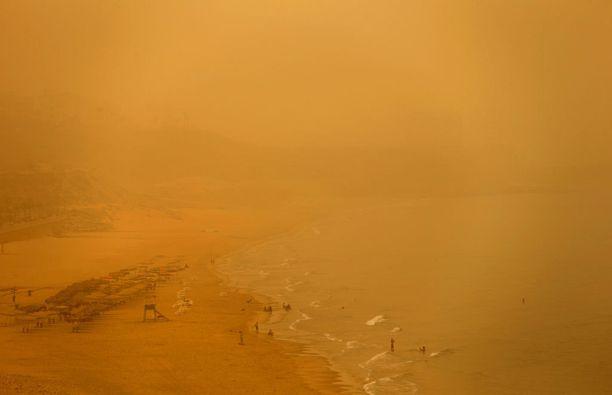 Beirutin uimarannoilla muutama ihminen uhmasi hiekkamyrskyä.