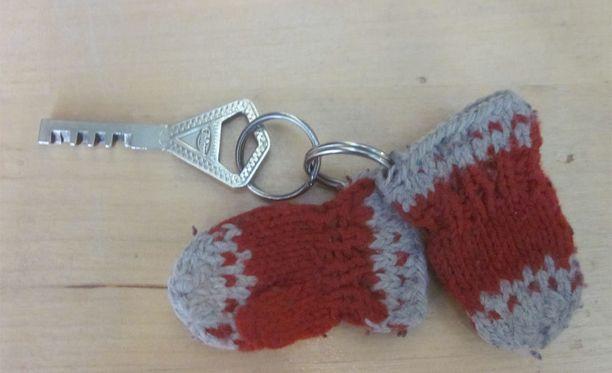 Muun muassa tällainen avaimenperä naisella oli mukanaan.
