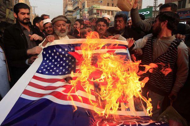 Pakistanilaiset polttivat tammikuussa Peshawarissa USA:n lipun ja Donald Trumpin kuvan vastalauseena Trumpin tviiteille.