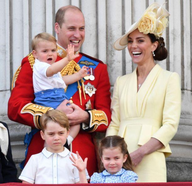 Herttuatar Catherine on ollut linssin takana ja napannut perheestään kuvan, joka julkaistiin joulupäivänä. Kuvassa viisihenkinen perhe viime kesäkuussa.