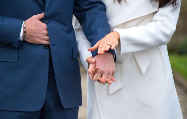 Meghan Markle esitteli sormustaan, prinssi Harry tunki sormiaan pikkutakin alle.