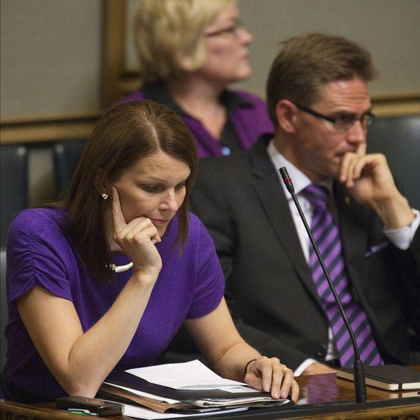 TEKSTIILIKAKSOSET Mari Kiviniemi ja Jyrki Katainen näyttivät siltä, kuin olisivat etukäteen sopineet päivän teemavärin eduskunnan täysistunnossa viime syksynä.