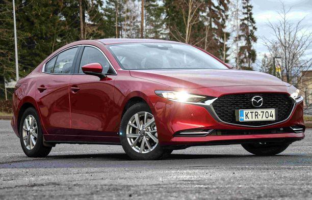 Sedan-mallinen Mazda3 on näyttävän ja ison näköinen auto.