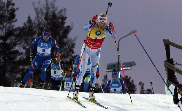 Kaisa Mäkäräinen teki jälleen kerran kanuunahiihdon ja oli porukan nopein pyhänä maailmancupin päättäneessä Tjumenin yhteislähdössä.