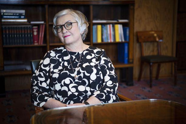 Puhemies Anu Vehviläinen on huolissaan demokratiaa kohtaan tehdyistä hyökkäyksistä.