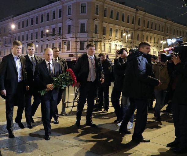 Vladimir Putin saapui Tehnologitsheski institutin asemalle iltayhdentoista aikaan.
