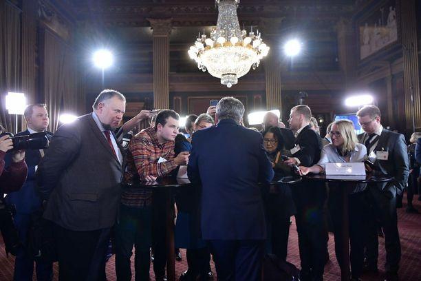 Niinistö oli median tentattavana useita kertoja vaali-illan aikana.