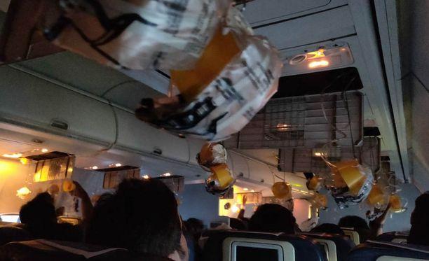 Happinaamarit tippuivat esiin, kun matkustamon paine laski. Koneessa syntyi lievä paniikki.