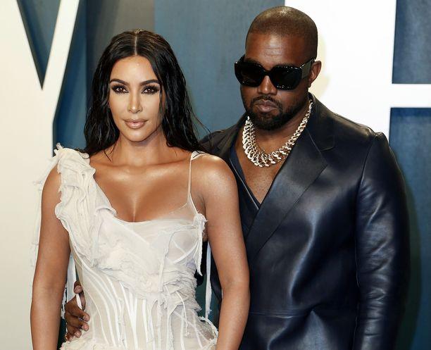 Kim Kardashian ja Kanye West edustivat yhdessä vuosi sitten helmikuussa.