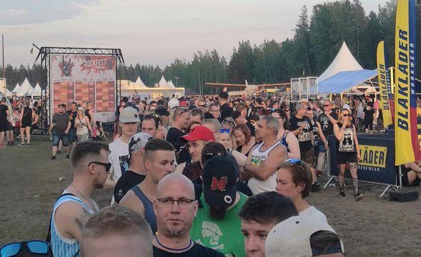 Rockfestin tiedottajan mukaan tapahtuman järjestäjät ovat lähettäneet erehdyksissä aktivoimattomia rannekkeita asiakkaille, mikä on aiheuttanut tuntien mittaiset jonot.