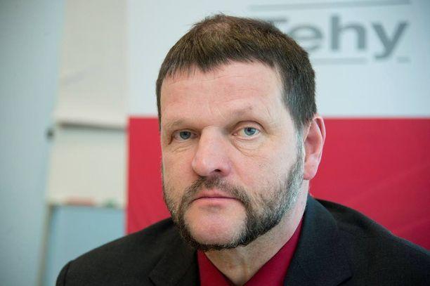 Tehyn puheenjohtaja Rauno Vesivalon mukaan hallituksen on ilmoitettava huomiseen mennessä, luovutaanko kuntiin kohdistuvista lisäleikkauksista.