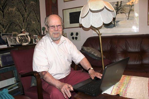 86 vuotta täyttävä Arvo Paukku on itse opiskellut tietokoneen käytön.