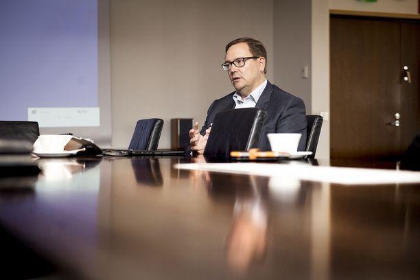 Elisan toimitusjohtajan ja EK:n puheenjohtajan Veli-Matti Mattilan mukaan suomalaisten palkat ovat liian suuret.