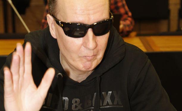 Michael Maria Penttilä heilutti kameroille Helsingin hovioikeudessa.