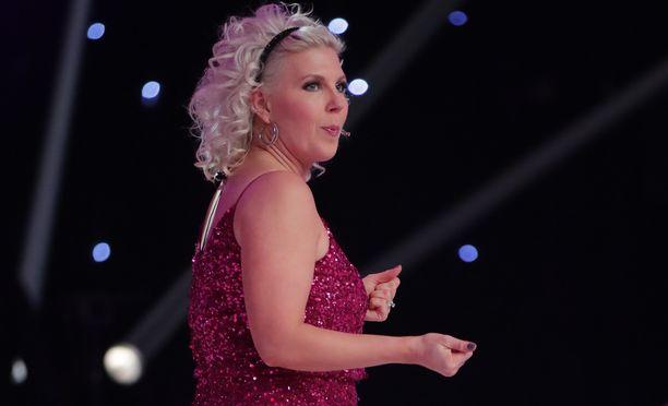Vappu Pimiällä on yllään pinkki glitter-mekko.