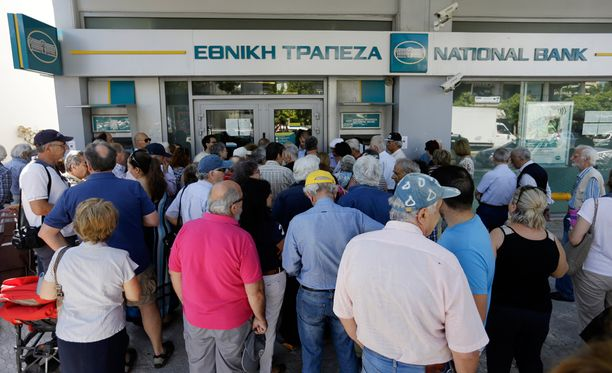 Ateenalaiset jonottamassa pankkiin ja pankkiautomaateille torstaina.