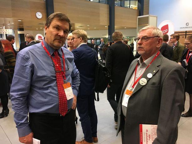 Kimmo Kiljusen (vasemmalla) mukaan 374 000 vanhuuseläkkeellä olevaa työeläkeläistä on köyhyysrajan alla. Antti Hellstenin mukaan indeksien tarkistamisella ei ratkaista eläkeläisköyhyyden ongelmaa.